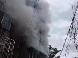 火灾现场民警将呼吸罩给他人,打电话向妻子告别