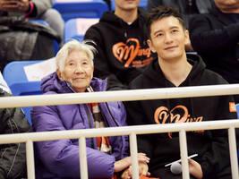 黄晓明重回母校参与公益活动 呼吁关爱空巢老人让爱回家