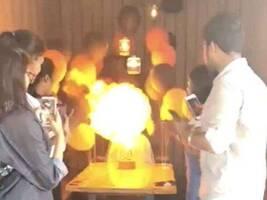 印度女孩点燃生日蜡烛引氢气球爆炸 身陷火海