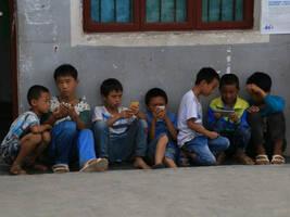 中青报:家庭教育缺失,手机游戏正逐步吞噬乡村留守少年