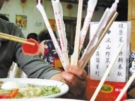结账时发现有17元筷子费 男子质疑被强制消费