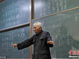 西安:94岁网红教授站两小时讲课