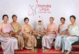 LPGA泰国赛特色开幕照 小美女何沐妮身穿民族服装
