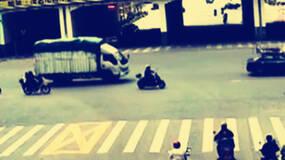 """外卖小哥闯红灯924次:卑微的人设不应成为""""自保伞"""""""