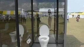 """公共场所的透明厕所你敢去""""享用""""吗?"""