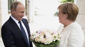 普京亲自向默克尔献鲜花为哪般?