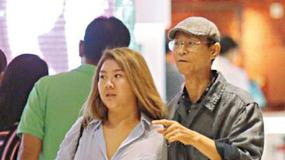 70岁郑少秋和女儿逛街,风流倜傥的他如今变老头