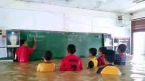 看到老师和学生站在齐腰洪水中专心学习,我真无语了 (黑白先生)