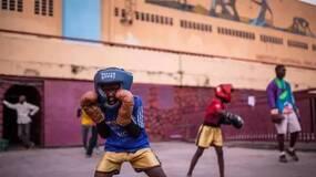 一个拳击俱乐部,一群用拳击对抗过去的非洲童兵