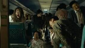 父女正安静的坐在车厢里,突然周围人都变成了丧尸 (黑白先生)