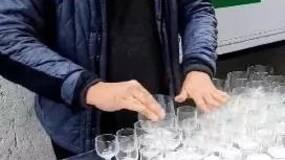 街头艺人用水杯演奏《哈利波特》主题曲,超好听!