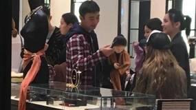 王思聪带新女友逛珠宝店,买十几万首饰一点不心疼