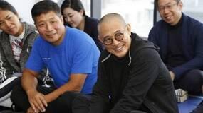 54岁李连杰真的老了,妻子56岁保养得像少妇