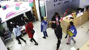 女子陪老公儿子逛手机店顺手牵羊,警方通过其子校服锁定嫌犯