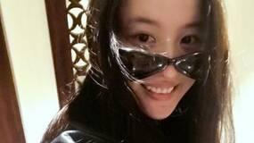 成龙送刘亦菲名贵太阳镜,这是她失恋后第一次露笑脸