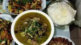 超感人 背20斤食材为室友做大餐 堪称中国好室友!