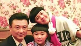 刘纯燕女儿和男友在超市购物,她坐在手推篮子里遭网友批评