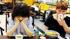 陈鲁豫和友人一起吃饭,只吃半小碗,难怪这么瘦