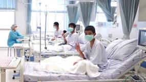 早安·世界 历劫重生:泰国获救足球少年在医院接受治疗