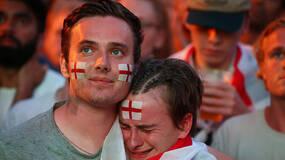 世界杯·球迷 足球不能回家!悲伤的眼泪停不下来
