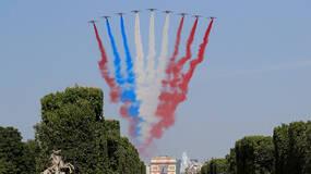 早安·世界|法国国庆阅兵意外不断,摩托撞车飞机还喷错彩烟