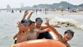 早安·世界|日本多个海滩核事故后首次重开,儿童开心戏水