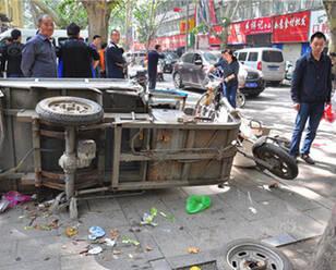 男子避让行人 把油门当刹车连撞6人