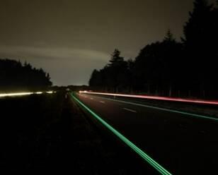 全球首条发光公路投入使用:在童话里穿行