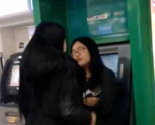 女子占着ATM打扮被揍 我项链两千多