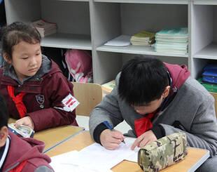自闭症儿童求学样本:被上海一小学接纳,孩子们学会关爱