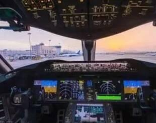 飞机要起飞,男子在机舱口跪下,得知原因所有乘客沉默了
