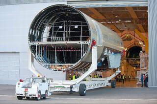 第一架A350超宽体飞机机身中段和前段在法国图卢兹总装线对接.-