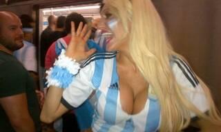 阿根廷最豪放大胸美女全裸力挺梅西