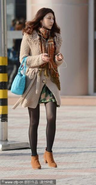 扬州街拍:一夜入冬 时尚美女不畏严寒穿黑丝