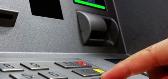 女子ATM机上遗失手机 银行:怪我咯?