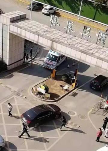 济南一120救护车进小区受阻 保安:我不认识救护车
