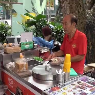 新加坡老人没有退休工资 打工到死却是新加坡精神的精髓
