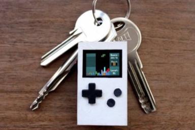 钥匙大小掌机能玩好多老游戏 但你得护好眼睛