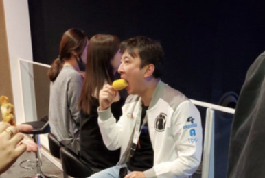 王思聪LPL观赛现场吃玉米上热搜 新表情笑哭网友