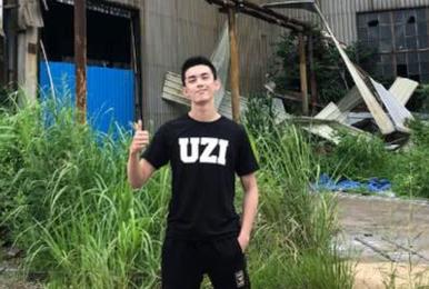 Uzi头号明星男粉吴磊送祝福:等一场金色的雨