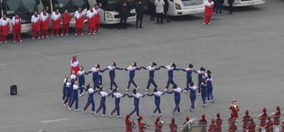 大阵仗!朝鲜拉拉队室外练习规模惊人