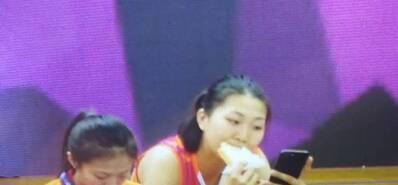笑喷!中国女排一女神场边吃早餐被拍