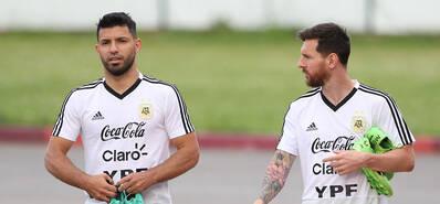 阿根廷现身备战 梅西阿奎罗交谈入场