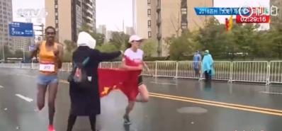 中国马拉松选手冲刺阶段遭志愿者硬塞国旗 憾失冠军