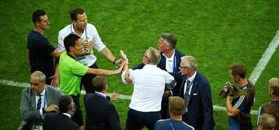 冲突!德国教练鼓掌挑衅瑞典 爆发大规模冲突