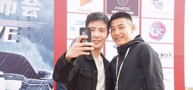 武磊现身电影发布会 与粉丝热情合影