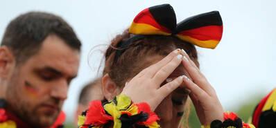 紧张!球队丢球德国球迷沮丧观赛