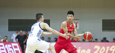中国男篮蓝队大胜对手 双塔制霸禁区