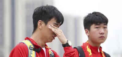 国足球迷参观训练 场外被访不停拭泪