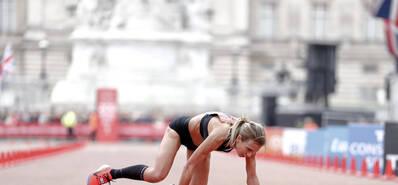 她终点前1米倒地 跪地爬行创最佳成绩